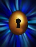 Ovo dourado com buraco da fechadura em um vortex azul foto de stock