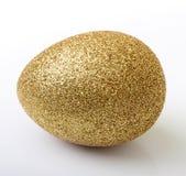 Ovo dourado da Páscoa isolado Foto de Stock Royalty Free