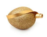 Ovo dourado da Páscoa isolado Imagem de Stock