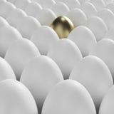 Ovo dourado entre ovos brancos usuais Fotografia de Stock Royalty Free