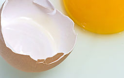 Ovo e yolk quebrados fotos de stock
