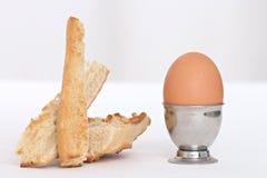 Ovo em uma taça para ovo Imagens de Stock