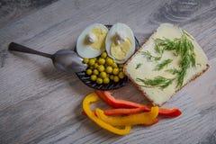 Ovo, ervilhas e pão do café da manhã Imagem de Stock