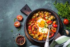 Ovo fritado com vegetais fotografia de stock royalty free