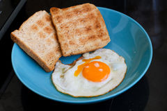Ovo fritado e pão Fotografia de Stock Royalty Free