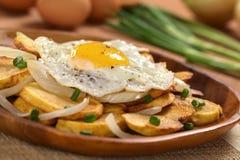 Ovo fritado em batatas fritadas foto de stock