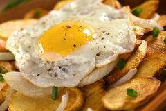 Ovo fritado em batatas fritadas fotografia de stock royalty free
