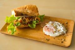 Ovo frito caseiro do hamburguer imagens de stock royalty free
