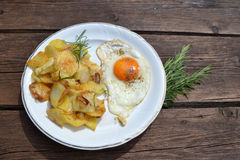 Ovo frito com batatas fritadas Fotos de Stock Royalty Free