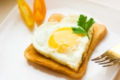 ovo frito dado forma coração para o café da manhã imagens de stock