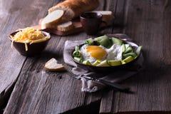 Ovo frito e pão na tabela de madeira imagens de stock