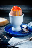 Ovo quente com caviar vermelho Foto de Stock