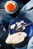 Ovo quente com caviar vermelho Imagens de Stock Royalty Free