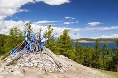 Ovoo sagrado pelo lago Khovsgol Fotografia de Stock Royalty Free