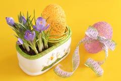 Ovos, açafrões no fundo amarelo, Páscoa Fotografia de Stock Royalty Free