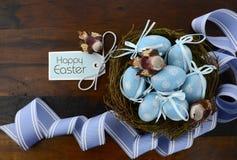 Ovos azuis da decoração da Páscoa no ninho dos pássaros Fotos de Stock Royalty Free
