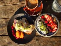 Ovos Benedict e refeição do fruto Fotografia de Stock Royalty Free