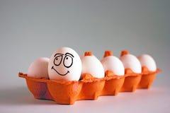 Ovos brancos da galinha engraçada com caras em uma pilha de ovo fotografia de stock
