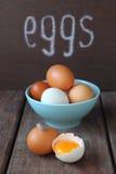 Ovos brancos e marrons da galinha Foto de Stock Royalty Free