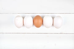 Ovos brancos em um fundo de madeira Foto de Stock Royalty Free