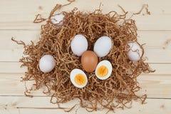 Ovos brancos em um fundo de madeira Fotografia de Stock