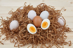 Ovos brancos em um fundo de madeira Fotos de Stock