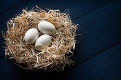 Ovos brancos em um ninho da palha Imagem de Stock Royalty Free
