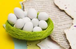 Ovos brancos em um ninho verde Imagens de Stock Royalty Free