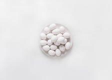 Ovos brancos em uma placa branca em um fundo branco Ovos Conceito da foto da Páscoa Imagens de Stock Royalty Free