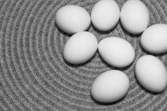 Ovos brancos em uma tabela Fotos de Stock Royalty Free