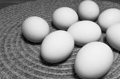 Ovos brancos em uma tabela Imagens de Stock