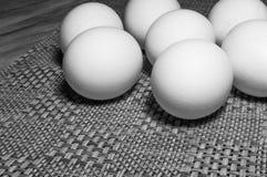 Ovos brancos em uma tabela Fotografia de Stock Royalty Free
