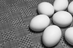 Ovos brancos em uma tabela Imagens de Stock Royalty Free