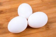 Ovos brancos inteiros Imagens de Stock