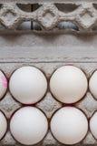 Ovos brancos na embalagem moderna do cartão fotos de stock royalty free