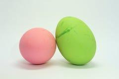 Ovos brilhantemente coloridos para a Páscoa Em um fundo branco Imagem de Stock