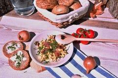 Ovos casa-feitos frescos do café da manhã, cebola e presunto fritado, grupo em uma tabela de madeira imagem de stock