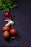 Ovos, cebola, alho e salsa Fotos de Stock Royalty Free