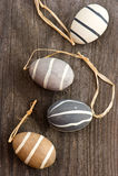 Ovos cerâmicos decorativos no fundo de madeira Foto de Stock Royalty Free