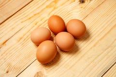 Ovos colocados no fundo de madeira Ingrediente de alimento Imagem de Stock Royalty Free
