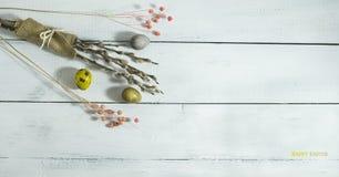 Ovos coloridos da Páscoa em um fundo de madeira branco Imagem de Stock Royalty Free