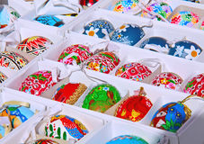 Ovos coloridos de Easter Easter claro Coelhos e galinhas em ovos Imagem de Stock