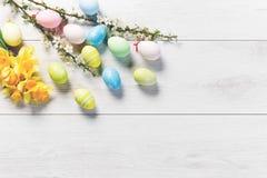Ovos coloridos em uma tabela de madeira branca, fundo Foto de Stock