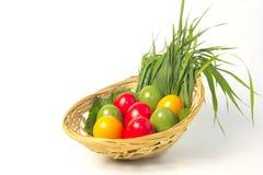 Ovos coloridos na cesta Imagens de Stock