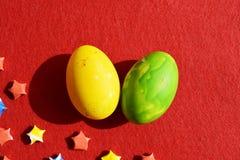 Ovos coloridos no fundo vermelho Imagem de Stock