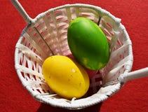 Ovos coloridos no fundo vermelho Fotos de Stock Royalty Free