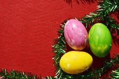 Ovos coloridos no fundo vermelho Fotografia de Stock Royalty Free
