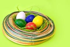 Ovos coloridos no ninho da decoração Imagem de Stock Royalty Free