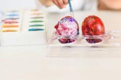 Ovos colorindo pelo tempo de easter em casa imagem de stock royalty free