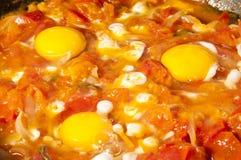 Ovos com tomates e cebolas na bandeja Imagens de Stock